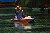Alte Frau im Kanu, Xochimilco, nahe Mexico-City Mexiko
