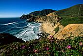 Küstenlandschaft und Highway No 1 unter blauem Himmel, Kalifornien, USA, Amerika