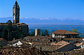 Dächer und Kirchturm des Dorfes Monforte d' Alba, Piemont, Italien, Europa