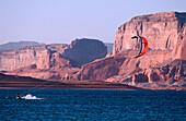 Ein Mensch beim Kiteboarding, Kiteboarder, Lake Powell, Lake Powell, Arizona, USA