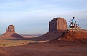 Eine Person beim Mountainbiken, Monument Valley, Arizona, USA