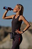 Frau beim Trinken, macht eine Pause, Laufen, Joggen, Andalusien, Spanien