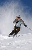 Frau beim Skifahren, Abfahrt, Wintersport, Lech, Österreich