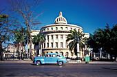 Oldtimer in front of the Capitolio Nacional, El Capitolio, Havanna, Cuba, Caribbean