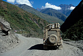 Auto auf Strasse, Coroico Bolivien