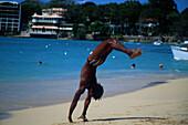 Strandakrobat, Strand von Sosua, Dominikanische Republik Karibik