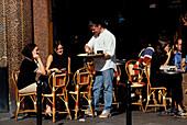Bedienung im Café, Bistro, Paris, Frankreich Europa