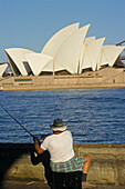 Sydney Opera House and Harbour, Australien, Sydney Opera House, fisherman at waterside