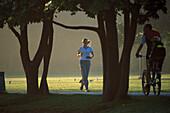 Jogging, Teenager mit Discman, Westpark Muenchen Muenchen, Deutschland