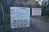 Signs warning of crocodile risk, Jim Jim Falls, Australien, Australia, Northern Territory, Sign warning of entering water at Jim Jim Falls due to crocodile risk, Warnschilde wegen Krokodile