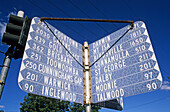 Direction sign in Goondiwindi, Australien, Australia, Sign at an intersection showing many places in different directions, Strassenschild mit viele Orte und Entfernungen
