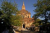 Souvenir stalls front of temple building, Geschaefte zwischen den Tempeln, Weltkulturerbe, Souvenirs sold outside the temples in Bagan, World Heritage
