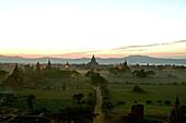 Sunset over the temples of Bagan, Sonnenuntergang Pagan, Kulturdenkmal, Ruinenfeld von Pagoden