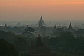 Sunset over the temples of Bagan, Sonnenuntergang ueber Pagan, Kulturdenkmal von tausenden Ruinen von Pagoden, Ruinenfeld