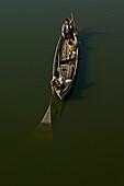Fishermans boat and net, Fischerboot, auf dem Taungthaman See bei Amarapura bei Mandalay, Fischernetz auswerfen