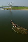 Fisherman casting his net, lake Taungthaman, Myanmar, Birma