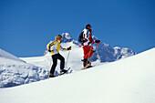 Paar, Schneeschuhwandern, Ramsau, Dachstein im Hintergrund Oesterreich