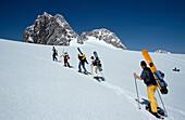 Dachstein Snowboarder beim Aufstieg, Mit Schneeschuhen, Dachstein Deutschland