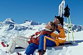Ski, Paar relaxed im Schnee