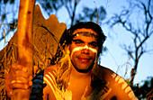 Aborigine mit Didgeridoo, Townsville, Queensland, Australien