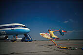 Lastminute, Surfer eilt zum Flugzeug, Flugplatz, Muenchen Bayern, Deutschland