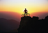 Mensch steht oben auf dem Gipfel, Mountainbiken, Andalusien, Spanien