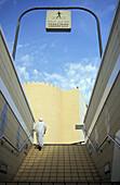 Ein Mensch geht die Treppe einer Unterführung hinauf, Dubai, Vereinigte Arabische Emirate