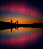 Nordlichter spiegeln sich in einem See, Lappland, Norwegen, Skandinavien, Europa
