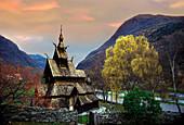 Stabkirche zwischen Bergen und Bäumen am Abend, Norwegen, Skandinavien, Europa