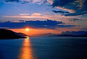 Mitternachtsonne über dem Meer, Norwegen, Skandinavien, Europa