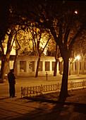 Nicht erkennbare Person auf dem Gelände des Topkapi Palastes bei Nacht, Istanbul, Türkei