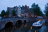 Boat, Keizersgracht, Leidsegracht, A leisure boat passing a stonebridge during a sightseeing tour in the evening, Keizersgracht and Leidsegracht, Amsterdam, Holland, Netherlands