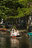 Boat, Egelantiersgracht, Jordaan, Young men having a leisure boat trip on Egelantiersgracht on a sunny day, Jordaan, Amsterdam, Holland, Netherlands