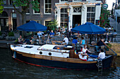 People, Boat, Cafe 't Smalle, Egelantiersgracht, Jordaan, Boat anchoring in front of Cafe 't Smalle, Egelantiersgracht, Jordaan, Amsterdam, Holland, Netherlands