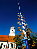 Kirche und Maibaum von Erling, Andechs, Bayern, Deutschland