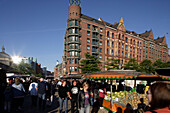 Market stands on the Fischmarkt, traditional fish market takes place every Sunday morning, market-goers can purchase much more than just fishUlivestock, exotic plants and a whole range of bric-a-brac are sold by the cheery stallholders, St. Pauli, Hamburg