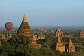 Hot air Balloon over Pagan, Heißluftballonfahrt ueber Bagan, Sonnenuntergang, World Heritage, Erbe der Menscheit, Ruinenfeld