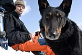 Skifahrer und Hund machen machen eine Pause, Tirol, Österreich
