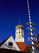 Kirchturm und Maibaum von Erling, bei Andechs, Oberbayern, Deutschland