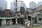 Souzhou Creek, Shanghai,traditionelle Bebauung und Hochhäuser, Sanierungsgebiet, Abriss, Transformator, baufällig, power lines, transformer, Kabel
