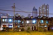 Souzhou Creek, Shanghai,traditionelle Bebauung und Hochhäuser, Sanierungsgebiet, Abriss, Müll, garbage, rubbish, Armut, Viertel Nähe Creek Art