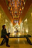 "Shanghai Gallery of Art,Three on the Bund, designed by Michael Graves, gallery, modern architecture, Lichthof, hall, Halle, courtyard, Empore, Galerie. postmodern interior, neoclassical building, atrium, aus: ""Mythos Shanghai"", Shanghai, Sachbildband, Fot"