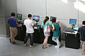 Tongji University,Hauptgebäude, main hall, Tongji University, Universität, Campus, TFT-Screen, Flachbildschirme, Studenten, student, internet, world wide web, communication, Kommunikation