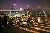 Traffic Shanghai,motorbike patrol, Polizei, police, Bund, junction, Nanjing Road, Blaulicht, rain