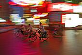 Traffic Shanghai,Fahrradfahrer, bicyclists, Innenstadt, Neon, verwischt, motion, moving, Rot, red
