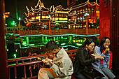 Huxinting Teahouse, Yu Yuan Garden,Teehaus am Yu Garden, Gartenkunst, classical Garden of Joy, Yu Yuan Garden, Nanshi, Nippes, Kitsch, Zickzack Brücke, Feng Shui, Mid Lake Pavilion Teahouse, twisting bridge, Bridge of nine turnings, Fast Food, snack, peop