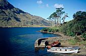 Boote beim Seeufer, County Mayo, Irland
