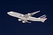 Boeing 747 Jumbo Jet vor dunkelblauem Himmel