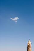 Minarett einer Moschee und Wolke, Thula, Jemen