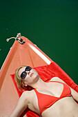 Bayern, Deutschland, Starnberg, Starnberger See, Elektroboot, Frau mit Ipod, Leoni, rot, See, sonnig, blond